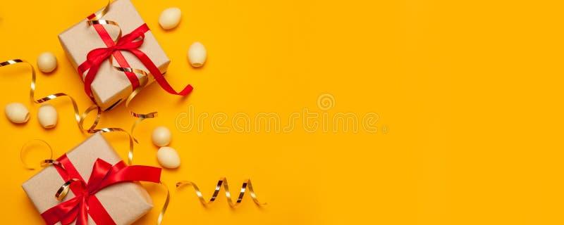 Geschenk- oder Präsentkartonüberraschung mit einem roten Bandbogen- und -golddekor lizenzfreie stockbilder