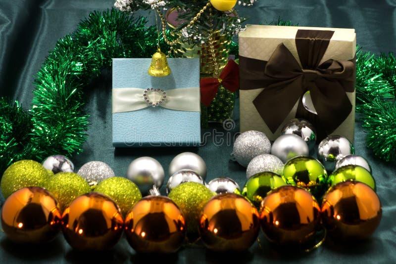 Geschenk-runde Weihnachtsdekorationen herein auf es lizenzfreie stockfotos