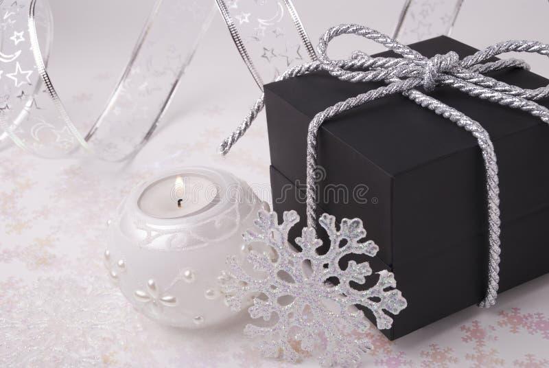 Geschenk, Schneeflocken und Kerze stockfoto