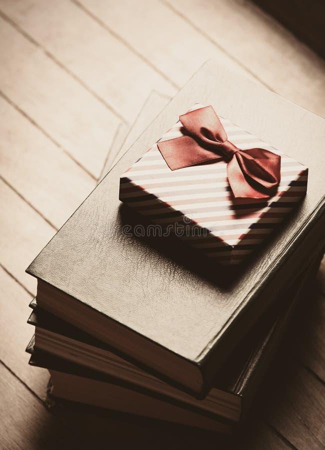 Geschenk und Bücher lizenzfreie stockbilder