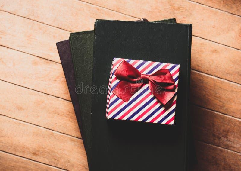 Geschenk und Bücher stockfotografie