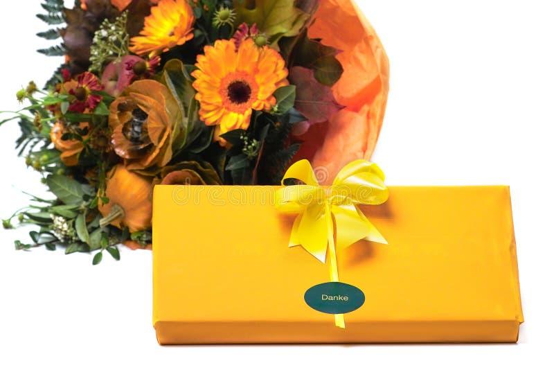Geschenk und Blumen stockfotografie