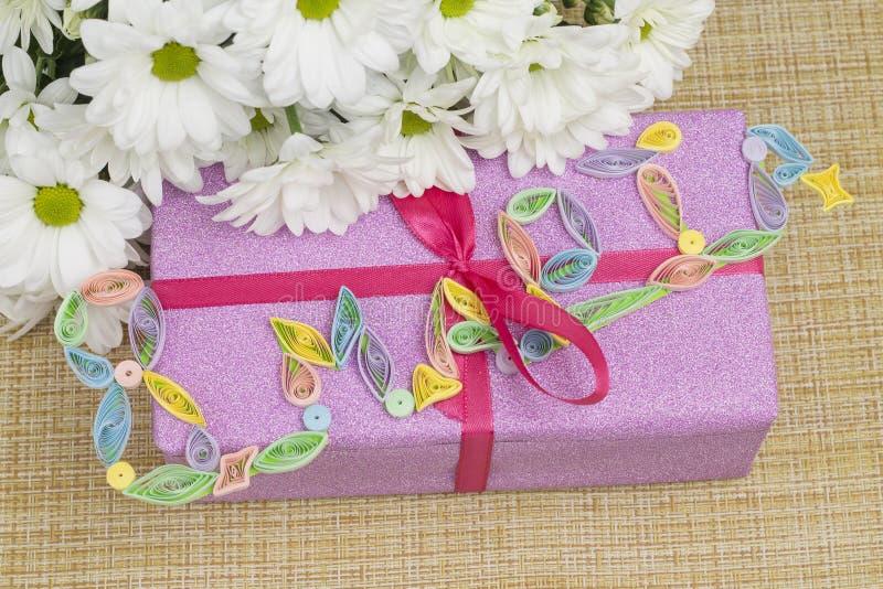 Geschenk und Blumen für den Tag vom 8. März mit der Aufschrift stockbilder
