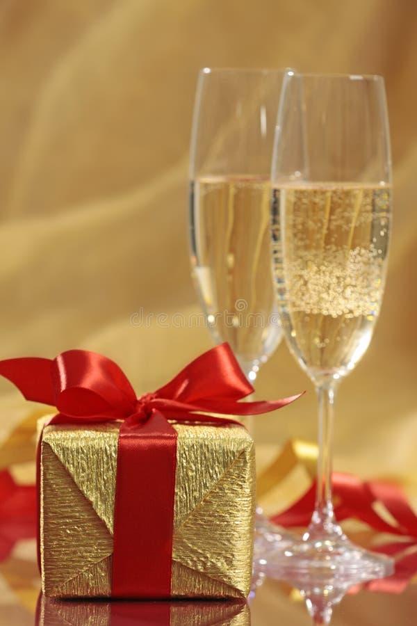 Geschenk und Champagner stockfoto