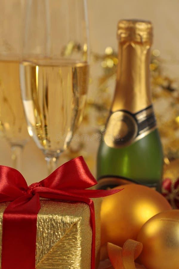 Geschenk und Champagner stockfotos