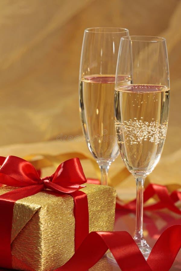 Geschenk und Champagner stockfotografie