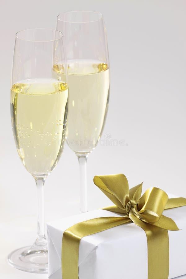 Geschenk und Champagner lizenzfreies stockbild