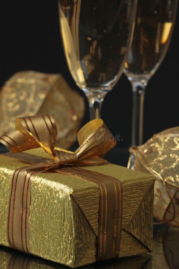 Geschenk und Champagner stockbilder