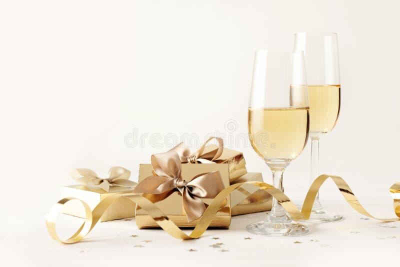 Geschenk und Champagner lizenzfreie stockbilder
