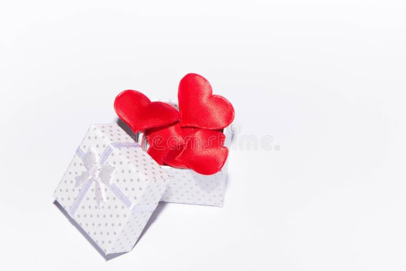 Geschenk und Herzen lizenzfreies stockfoto