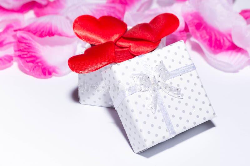 Geschenk und Herzen lizenzfreie stockfotos