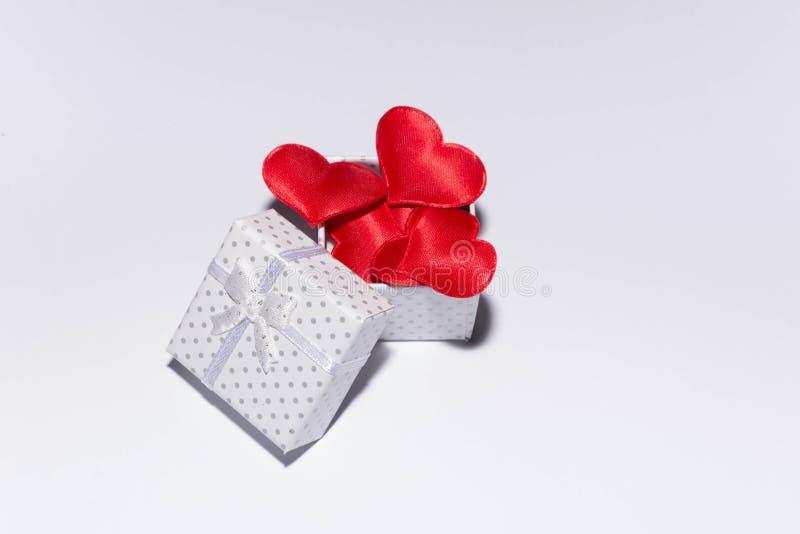 Geschenk und Herzen stockbild