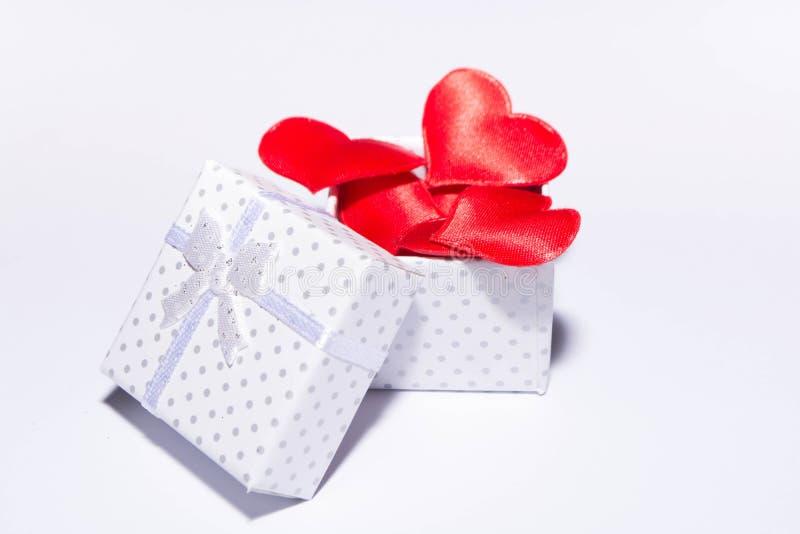 Geschenk und Herzen stockbilder