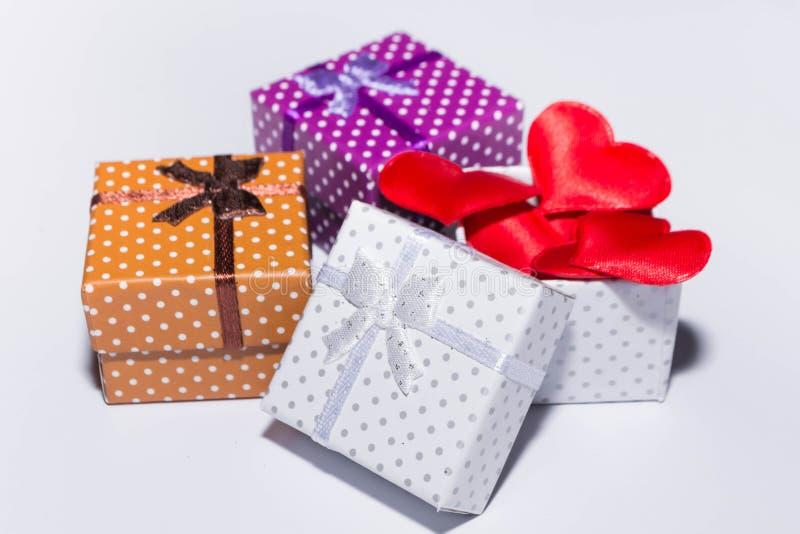 Geschenk und Herzen lizenzfreie stockbilder