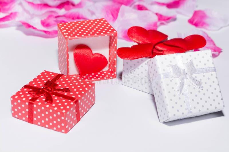 Geschenk und Herzen stockfotografie
