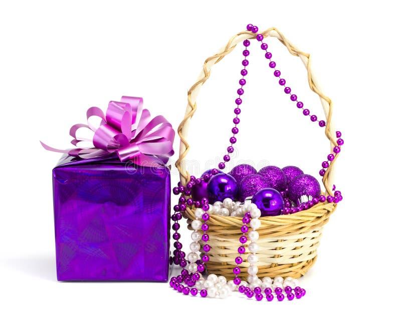 Geschenk und Spielwaren in einem Korb auf einem weißen Hintergrund stockbilder