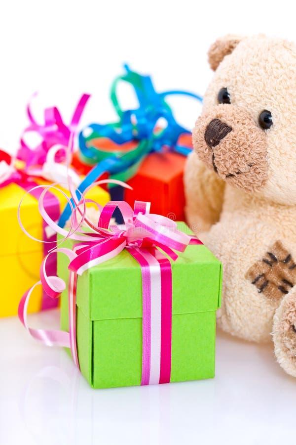 Geschenk und Teddybär lizenzfreies stockfoto