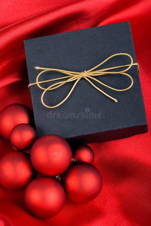 Geschenk- und Weihnachtskugeln. lizenzfreies stockfoto