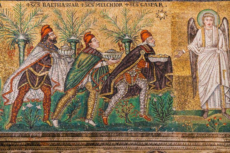Geschenk von drei Weisen in Sant Apollinare Nuovo stockbilder