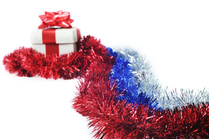 Geschenk wraped durch rotes Farbband lizenzfreie stockbilder