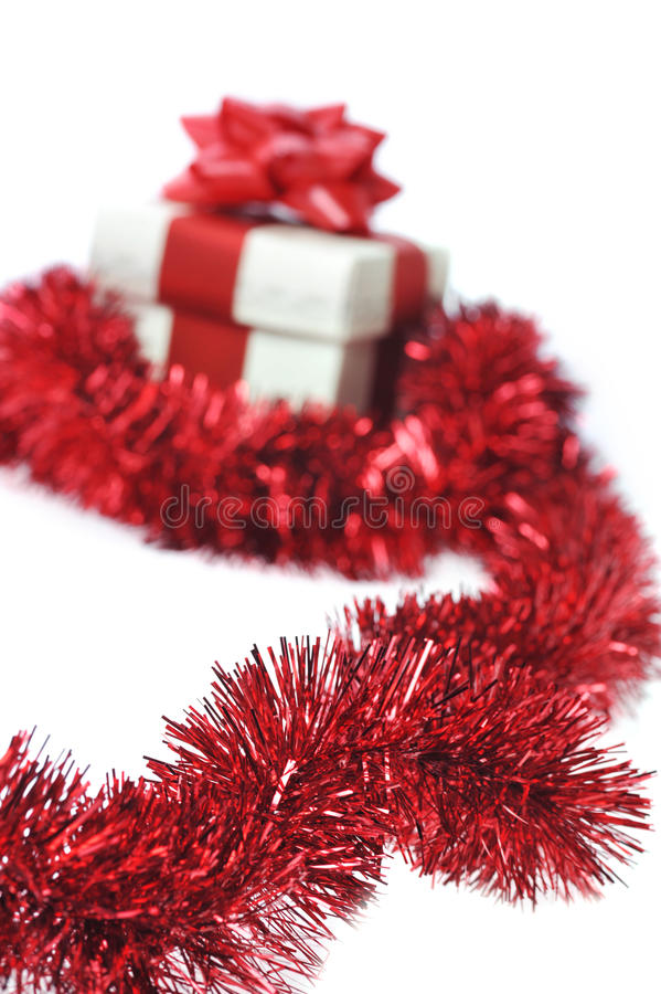 Geschenk wraped durch rotes Farbband lizenzfreies stockbild