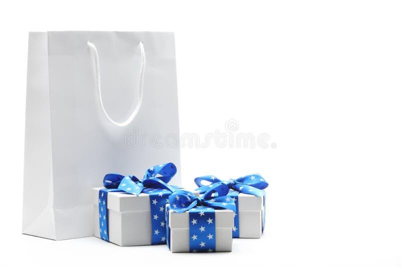 Geschenkbeutel und Geschenkkästen stockbilder