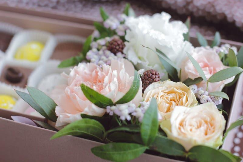 Geschenkblumenstrauß des Tees stieg Blumen lizenzfreies stockbild