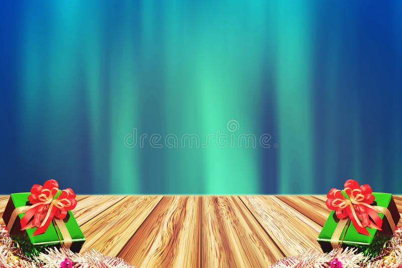 Geschenkbox auf hölzerner Tabelle der Perspektive über Blau verwischte Hintergrund stock abbildung