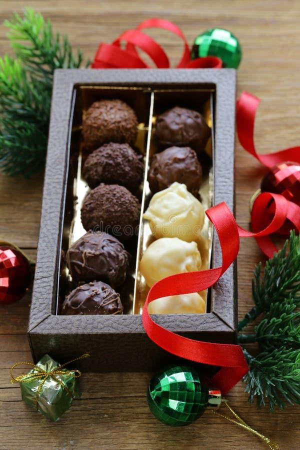 Geschenkbox der Schokoladensüßigkeitstrüffel für Weihnachten lizenzfreie stockfotografie