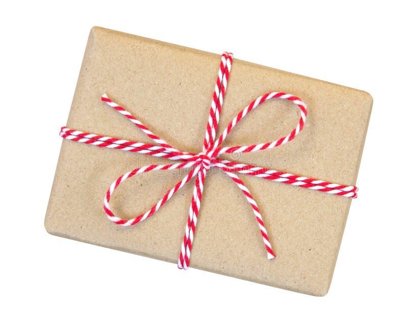 Geschenkbox eingewickelt im braunen Recyclingpapier mit rotem und weißem Seil lizenzfreies stockfoto