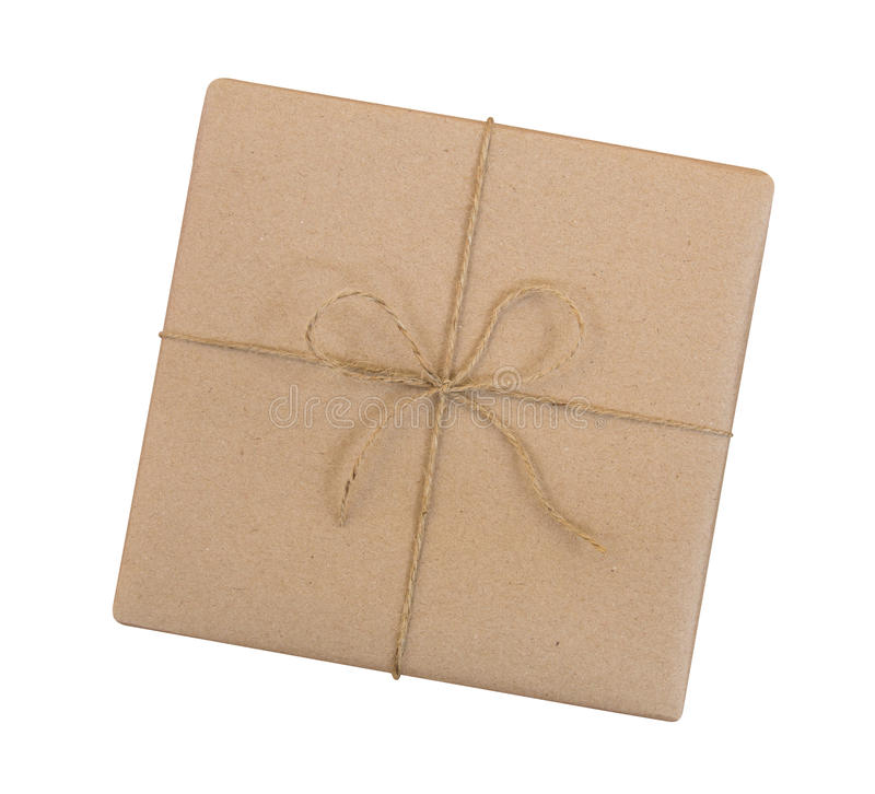 Geschenkbox eingewickelt im braunen Recyclingpapier und in gebundener Sackseilspitze stockbilder