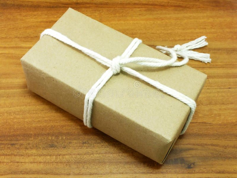 Geschenkbox eingewickelt im Recyclingpapier mit weißem Seil stockbild