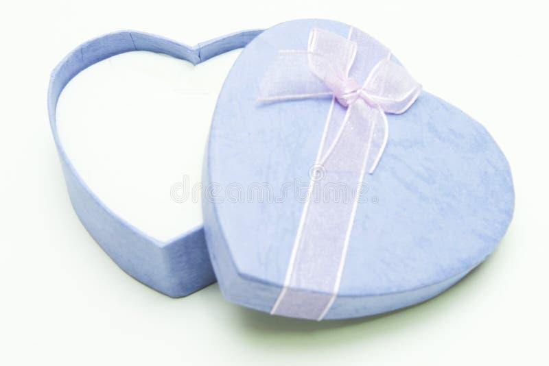 Geschenkbox - Herzform mit Band stockfoto