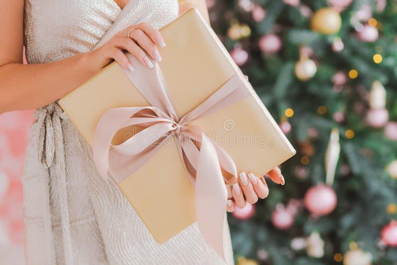 Geschenkbox im Packpapier mit rosa Bindungsbogen lizenzfreies stockfoto