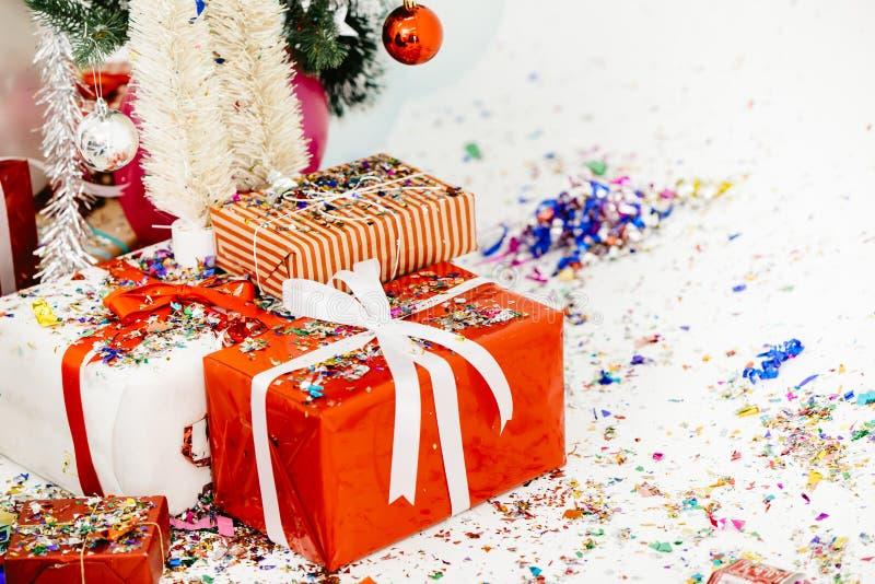 Geschenkbox mit Bogen oder Geschenk in der Partei des Weihnachtsneuen Jahres lizenzfreie stockfotos