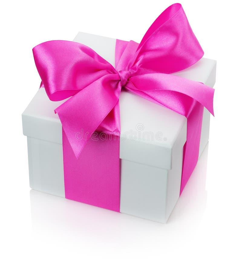Geschenkbox mit dem rosa Bogen lokalisiert auf dem weißen Hintergrund stockbild