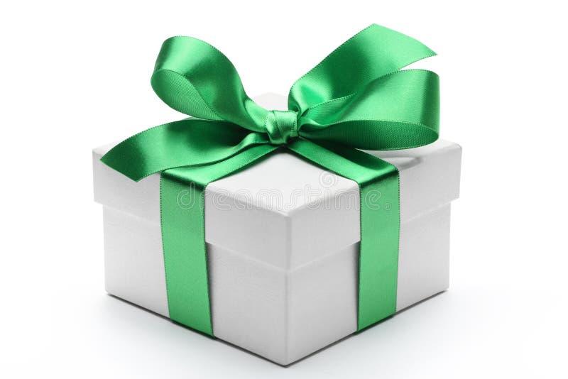 Geschenkbox mit grünem Bandbogen stockfotografie