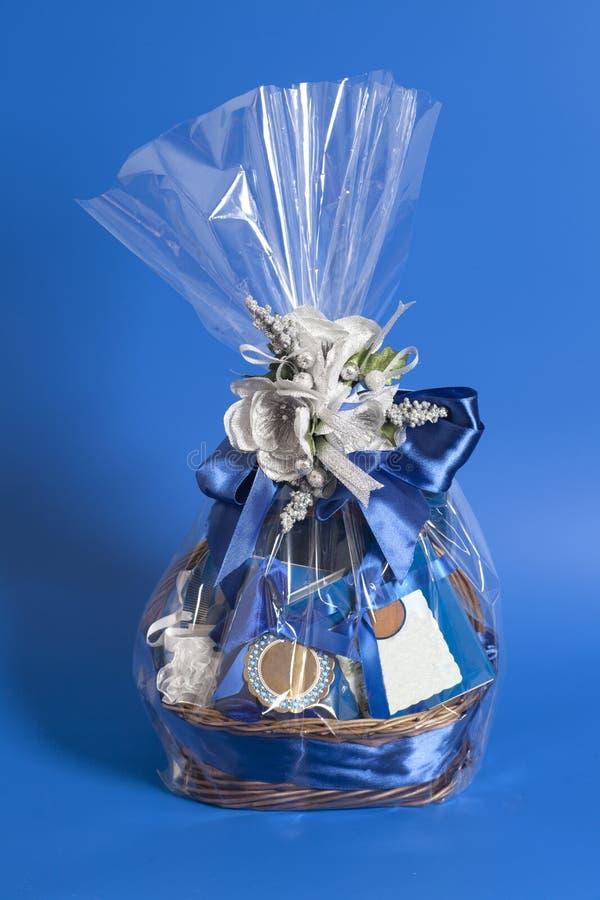 Geschenkbox mit Süßigkeiten und blaues Band beugen mit goldenen Blumen auf blauem Hintergrund lizenzfreie stockfotos