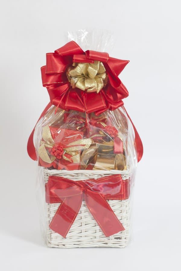 Geschenkbox mit Süßigkeiten und rotem Bandbogen stockbilder
