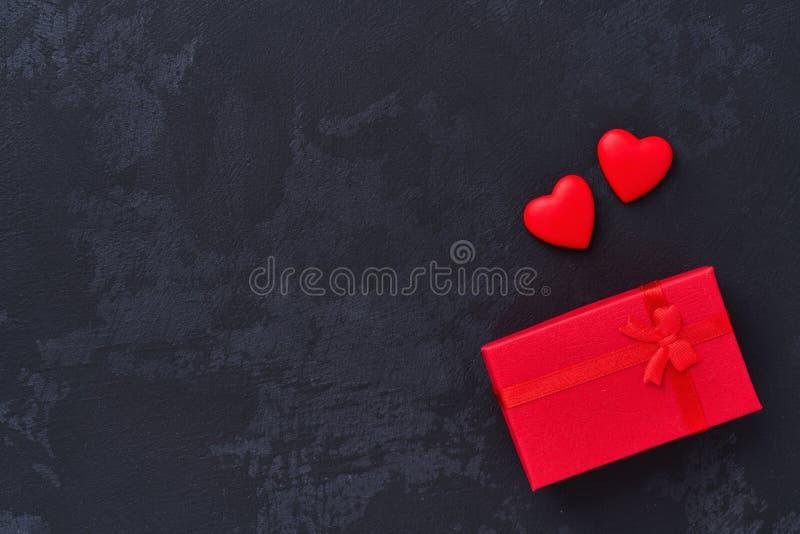 Geschenkbox mit und Herz mit zwei Rottönen, Draufsicht stockfotos