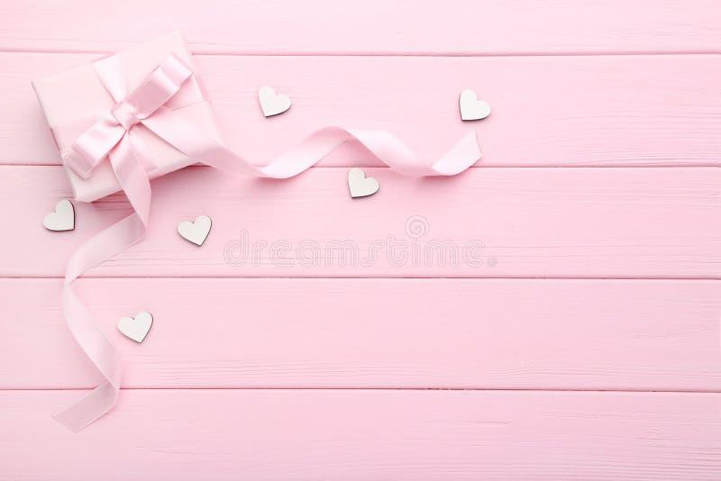 Geschenkbox mit weißen Herzen stockfoto