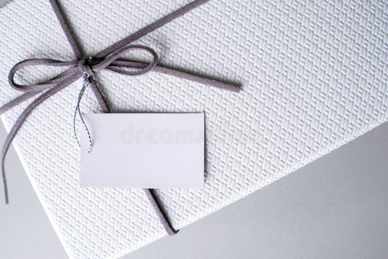 Geschenkbox und Band mit Tag für Valentinsgrußgeschenk lizenzfreie stockfotografie