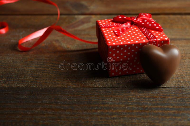 Geschenkbox und Praline lizenzfreies stockfoto
