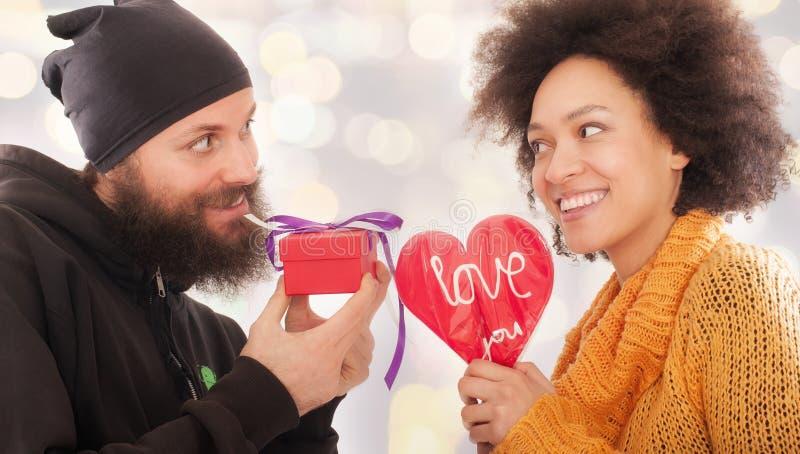 Geschenkbox zur Frau und Liebesherz für Mann stockbild