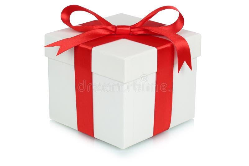 Geschenkboxbogen Weihnachtsgeschenkgeburtstag Valentinsgrußtag an lokalisiert lizenzfreie stockbilder