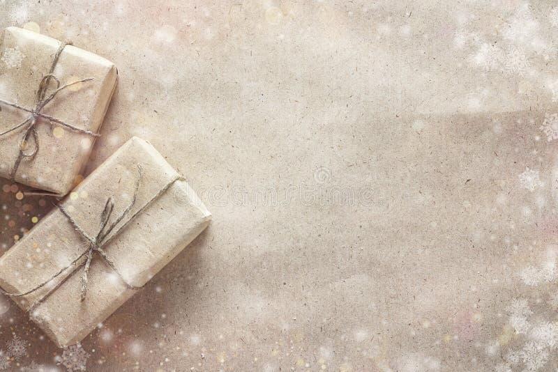 Geschenkboxen auf braunem Packpapier Abstraktes Hintergrundmuster der weißen Sterne auf dunkelroter Auslegung platz lizenzfreie stockfotos