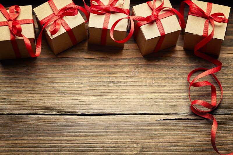 Geschenkboxen auf hölzernem Hintergrund, Feiertags-Pappgeschenke stockfoto