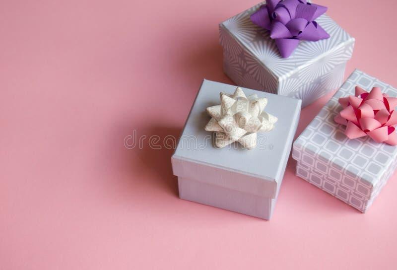Geschenkboxen auf rosa Hintergrund lizenzfreie stockfotos