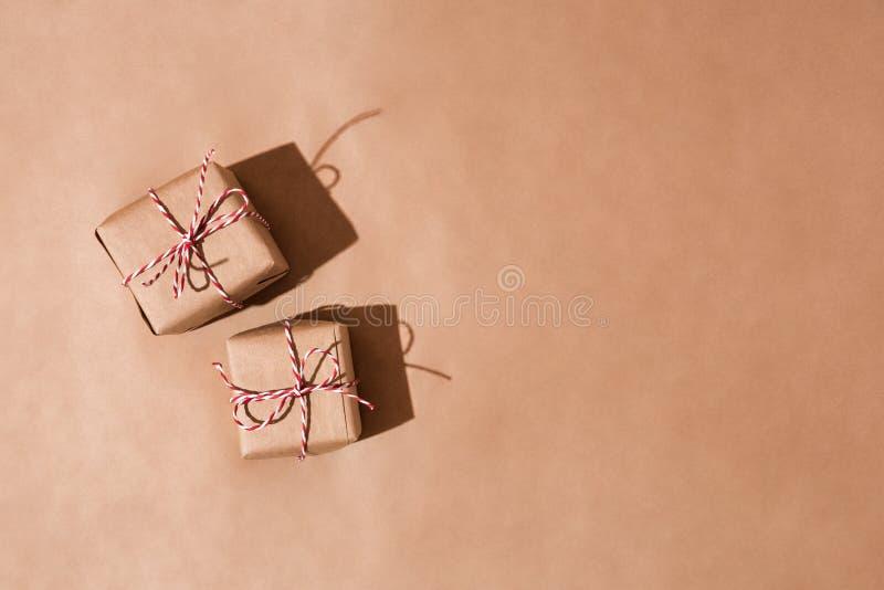 Geschenkboxen eingewickelt in einem aufbereiteten Kraftpapier lizenzfreie stockbilder