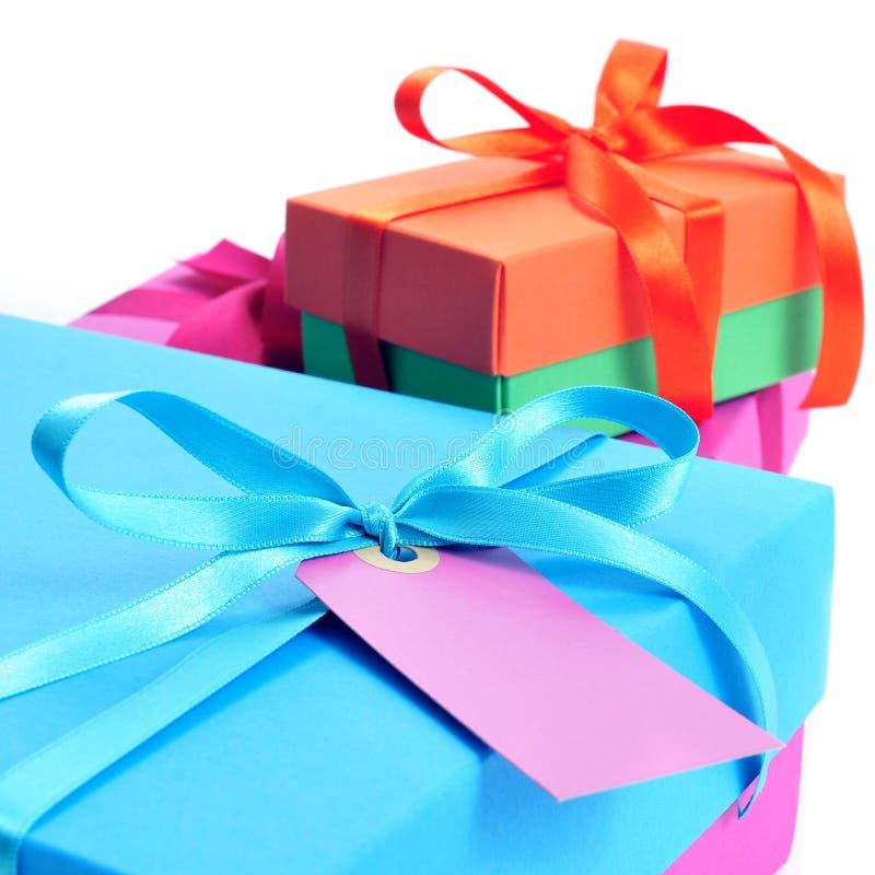 Geschenkboxen gebunden mit Satinbändern von verschiedenen Farben stockbilder
